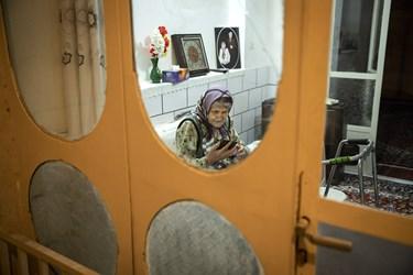مونس مادر در این روزهای قرنطینه رادیو است.مادر علاقه زیادی به رادیو دارد.