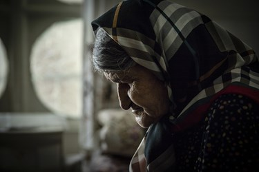 مادربزرگ، تنها در قرنطینه
