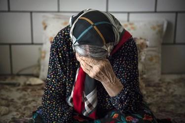 مادربزرگ در ایام قرنطیه معمولا تنها است و انتظار دورهمی و مهمانی با نوهها و فرزندانش را میکشد.