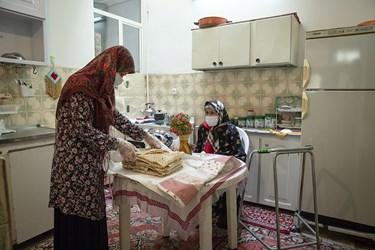 یکی از دختران مادربزرگ ، هفته ای چندین مرتبه به او سر میزند و کارهای مادر را با رعایت بهداشت برایش انجام میدهد.