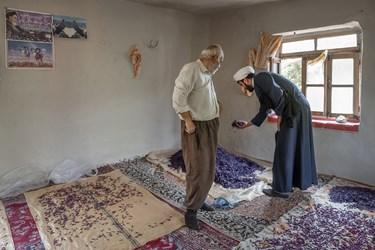 اهالی روستا، گیاهان برداشت شده رو عموما در خانه و به روش طبیعی خشک میکنند. حاج ابراهیم برای راهنمایی و کمک به آنها سر میزند.
