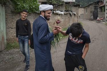 شوخی و مزاح حاج ابراهیم با نوجوانان روستا