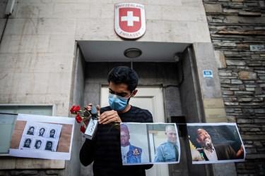 نصب عکس های اعتراضی در مقابل سفار سوئیس