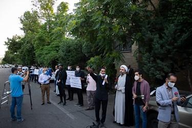 حضور دانشجویان در تجمع بر ضد تبعیض نژادی آمریکا مقابل سفارت سوئیس