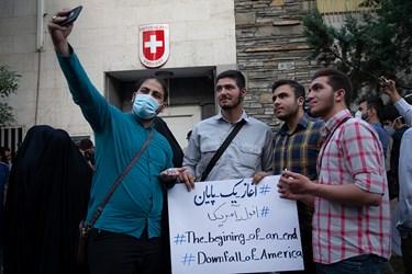 عکس یادگاری دانشجویان در تجمع بر ضد تبعیض نژادی آمریکا مقابل سفارت سوئیس