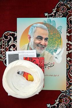 تصویر شهید حاج قاسم سلیمانی در بزرگداشت یوم الله 15 خرداد در مدرسه فیضه