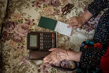 مادر بزرگ در دوران قرنطینه  با تلفن زدن به فرزندانش، رفع دلتنگی میکند.