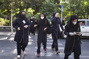 دانشآموزان مدرسه دخترانه زهرا مردانی آذر 20 هنگام ورود به مدرسه