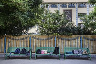 دانشآموزان اجازه حمل کیف به جلسه امتحان را ندارند و کیفها روی نیمکت حیاط مدرسه گذاشته میشوند