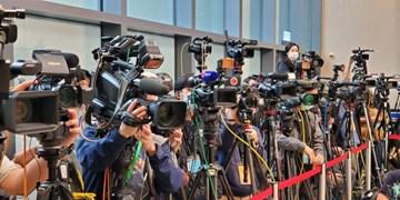 اعتراض جمعی از خبرنگاران بین المللی خارجی به تحریمهای آمریکا علیه مردم