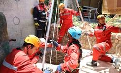 آتشنشانان مشهدی مقنی گرفتار در عمق چاه 60 متری را نجات دادند