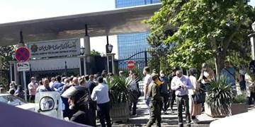 تجمع معاملهگران ارز در مقابل بانک مرکزی/ تبعات فقدان حساب واسط برای سامانه نیما