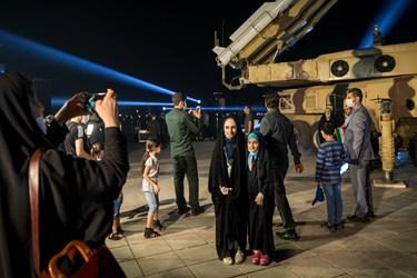 يك خانواده در حال گرفتن عكس يادگاری با سامانه پدافندی سوم خرداد/ درياچه شهدای خليج فارس