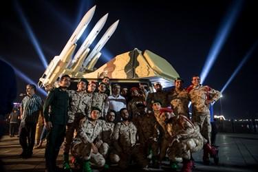 سربازان و پرسنل حاضر در محل رونمایی ازپدافند سوم خرداد با این سامانه عکس یادگاری میگیرند/ درياچه شهدای خليج فارس