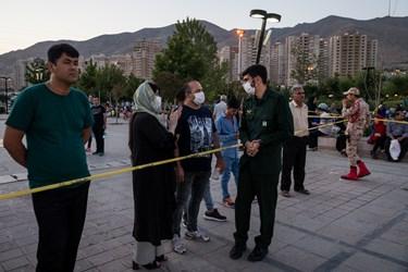یکی از بانوان بازدیدکننده، پس از شنیدن ویژگیهای سامانه پدافندی سوم خرداد، شگفتزده شده و بهنشانه تشویق، کف میزند. / درياچه شهدای خليج فارس
