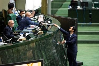 تقدیم گزارش وزیر ارتباطات و فناوری اطلاعات در مورد مشکلات فضای مجازی، اپراتورهای کشور و اقدامات انجام شده به محمدباقر قالیباف در جلسه علنی مجلس / ۱ تیر ۹۹