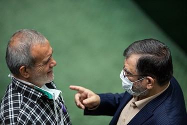 از راست: عبدالحسین روحالامینی نماینده مردم تهران و مسعود پزشکیان نماینده مردم تبریز در جلسه علنی مجلس / ۱ تیر ۹۹