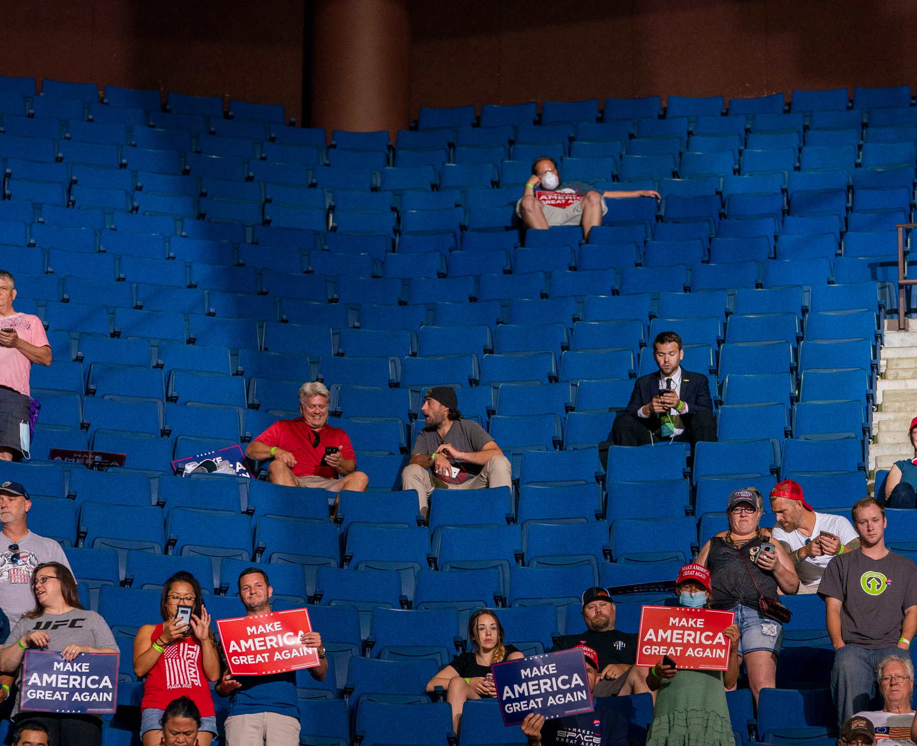 13990402000384 Test NewPhotoFree - رئیس کارزار انتخاباتی ترامپ: صندلیهای خالی کار گروه موسیقی «پاپ کرهای» بود!