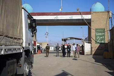 نمایندگان صلیب سرخ جهانی نقطه صفر مرزی ایران و عراق، شلمچه در انتظار شروع مراسم تبادل هستند.