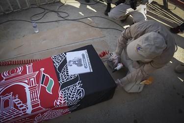 آماده کردن تابوت شهید «نسیم افغانی» در حاشیه ورود پیکر ۱۹۲ شهید دوران دفاع مقدس به میهن  اسلامی/مرز شلمچه