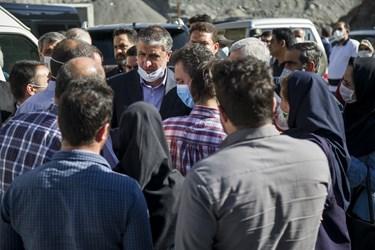 محمد اسلامی وزیر راه و شهرسازی در جمع خبرنگاران در حاشیه بازدید از منطقه 2 آزادراه تهران ـ شمال