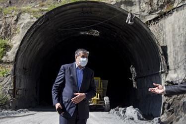 محمد اسلامی وزیر راه و شهرسازی در یکی از تونل های ورودی منطقه 2 آزادراه تهران ـ شمال