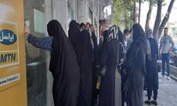 تجمع شهروندان خرمآبادی در اعتراض به نحوه تعویض دفترچههای بیمه + فیلم و عکس