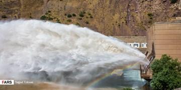 فیلم| باز شدن دریچههای سد لتیان/ به رودخانه جاجرود نزدیک نشوید