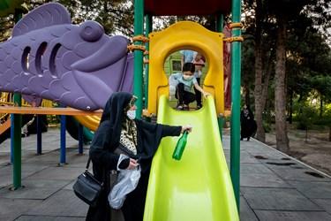 تا قبل از شیوع ویروس کرونا، دخترها اغلب با اعضای خانواده برای بازی به پارک نزدیک منزلشان می رفتند اما این روزها فقط گاهی این امکان برایشان فراهم می شود تا در فضای باز بازی کنند.