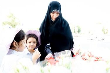 ریحانه و فاطمه طبق روال چهار سال گذشته، پنجشنبهها قبل از رفتن به بهشت زهرا، همراه با مادر به گل فروشی میآیند.