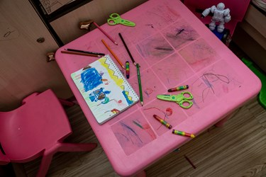 میز تحریر فاطمه و ریحانه که در اتاقشان قرار دارد.دوقلوها علاقه زیادی به رنگ کردن لوازم اتاقشان با مداد رنگی دارند.