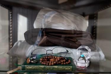 لوازم شخصی شهید مدافع حرم حاج محمد پورهنگ که در ویترینی در منزلشان نگه داری می شود.