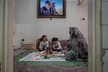 فاطمه، ریحانه و مادرشان در منزل خانواده پاشاپور در حال صرف شام هستند.تابلو فرشی که در آن عکس شهید اصغرپاشاپور در کنار سردار شهید قاسم سلیمانی قرار دارد، به تازگی به خانواده پاشاپور اهدا شده است.