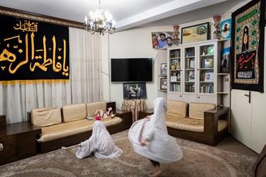 دخترها علاقه ی زیادی به چادر نمازشان دارند و بعد از پوشیدن چادر، همچنان به بازی مشغول هستند.