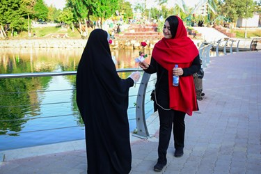 ترویج حجاب با اهدای گل