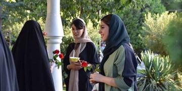 عکس| اهدای گل دانشآموزان  جهادی  به مناسبت روز دختر