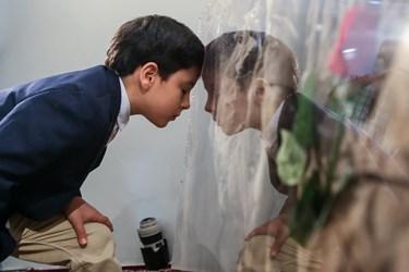 علی اکبر الله کرم در حال بوسیدن لباس تفحص شده ی پدر