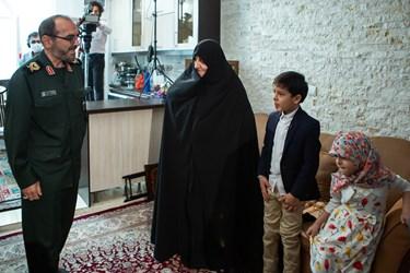 ورود سردار ابوالقاسم شریفی مسئول ایثارگران سپاه به منزل شهید الله کرم