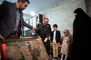 اهدا لباس شهید الله کرم به خانواده شهید