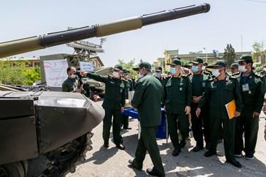 بازدید از تانک تی-72 مدرنیزه شده در رونمایی از دستاوردهای دفاعی سپاه