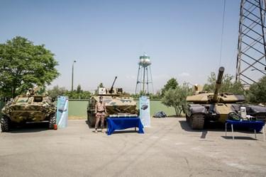 از راست: تانک تی-72 مدرنیزه شده، نفربر آبی-خاکی مُکران و نفربر بی-تی-آر 60 در آئین رونمایی از دستاوردهای دفاعی سپاه