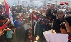 تظاهرات کنندگان سوری پرچم آمریکا را در اعتراض به تحریم سزار به آتش کشیدند