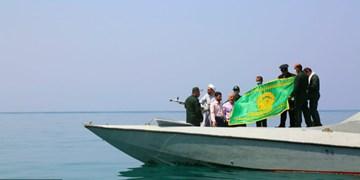 عکس  اهتزاز پرچم رضوی در آبهای نیلگون خلیج فارس