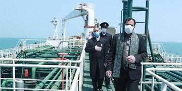 استقبال از نفتکش ایرانی اعزامی به ونزوئلا/ اهتزاز پرچم مقدس رضوی بر فراز نفتکش خطشکن ایرانی+عکس