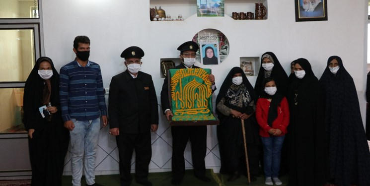 دیدار خدام حرم رضوی با خانواده شهیده مراسم تشییع حاجقاسم در دهزیار کرمان+تصاویر