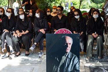 خانواده مرحوم سیروس  گرجستانی در مراسم خاکسپاری وی
