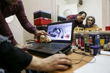 خانم خدیجه جوادزاده مسئولیت طراحی اسباببازیهای چوبی را برعهده دارد.