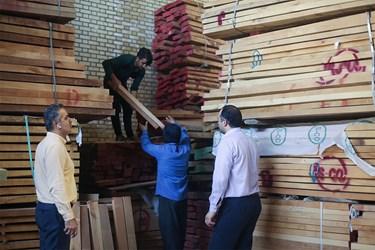 آقای رحیم پُرکم برحسب سفارشها، برای خرید چوب به بازار مخصوص چوب میرود.