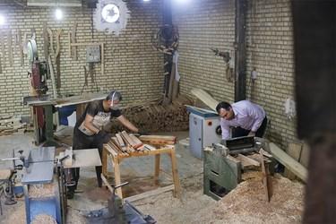 آقای رحیم پُرکم بعد از خرید چوب از بازار، آنها را برای برش اولیه و صیغل دادن به نجاری آقای طاهری میبرد تا به وسیله دستگاه رندگی و گندگی سطح چوبها کاملا صیقل داده شود تا سمبادهکشی کمتری در کارگاه نیاز باشد.