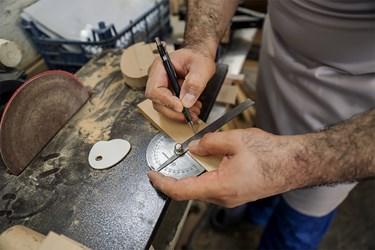 اندازهگیری دقیق از اولین مراحل ساخت اسباببازیهای چوبی است که توسط آقای پُرکم صورت میگیرد.